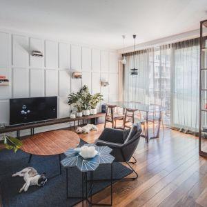 Na warszawskim Żoliborzu mieści się przytulny apartament, który udowadnia, że minimalizm ma też przyjazne oblicze. Projekt: Taff Architekci. Fot. Ignacy Matuszewski