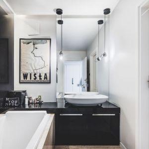 Łazienka, podobnie jak pozostała część mieszkania charakteryzuje się oszczędną kolorystyką. Projekt: Taff Architekci. Fot. Ignacy Matuszewski