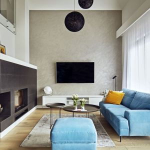 Kominek w salonie. Projekt: Kaza Interior Design. Fot. Dekorian Home
