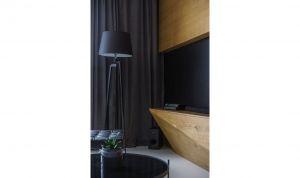Za sprawą oryginalnej zabudowy ściany telewizyjnej, udało się stworzyć w mieszkaniu wyjątkowy klimat. Projekt: Przemysław Nowak, Lech Moczulski (Mili Młodzi Ludzie), Mia Szymczak (Mia Concept). Fot. PION
