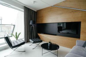W wyniku remontu mieszkanie na Poznańskich Jeżycach zyskało zupełnie nowy look, zgodny z obowiązującymi trendami. Projekt: Przemysław Nowak, Lech Moczulski (Mili Młodzi Ludzie), Mia Szymczak (Mia Concept). Fot. PION
