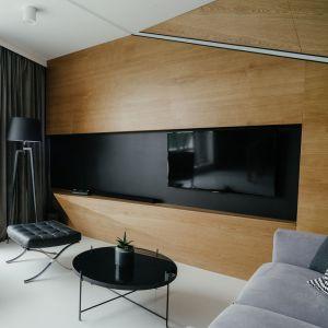 Drewno, szarość i czerń - wyjątkowy klimat mieszkania na Jeżycach