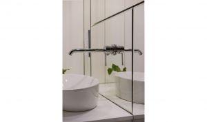 Elegancka łazienka utrzymana jest w czarno-białej kolorystyce. Projekt: Przemysław Nowak, Lech Moczulski (Mili Młodzi Ludzie), Mia Szymczak (Mia Concept). Fot. PION