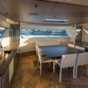 Działające od 1982 roku studio projektowe Marty Lowe Interior Design specjalizuje się w projektowaniu jachtów dla światowej klasy producentów i ich wymagających klientów. Projekt: Marty Lowe Interior Design. Fot. mat. prasowe Listone Giordano