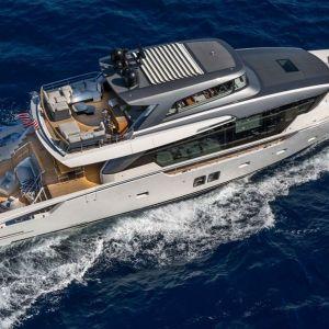 Luksusowy jacht San Lorenzo uosabia nowoczesną definicję piękna, w którym innowacja spotyka się z kultowym designem. Projekt: Marty Lowe Interior Design. Fot. mat. prasowe Listone Giordano
