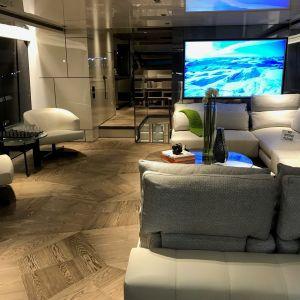 Prawdziwe drewno geometrycznego parkietu Listone Giordano we wnętrzu jachtu zyskało szczególny charakter. Projekt: Marty Lowe Interior Design. Fot. mat. prasowe Listone Giordano
