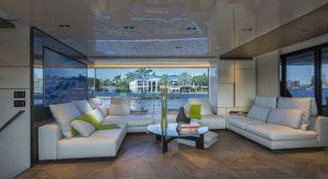 Jacht San Lorenzo uosabia nowoczesną definicję piękna, w którym innowacja spotyka się z kultowym designem. Jego wnętrze zaprojektowali architekci studia projektowego Marty Lowe Interior Design, które od lat specjalizuje się w projektowaniu jachtó