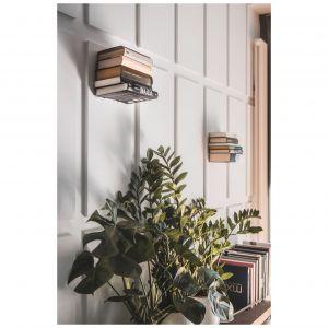 """Na ścianie wyeksponowano książki, które umieszczono na """"niewidzialnych"""" półkach, zawieszonych na różnych wysokościach. Projekt: Taff Architekci. Fot. Ignacy Matuszewski"""