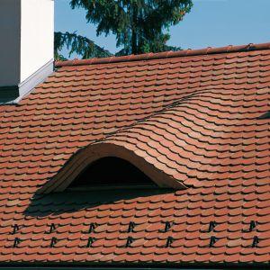 Dachówkami typu karpiówka z łatwością pokryjemy złożone elementy konstrukcji, takie jak na przykład lukarny w kształcie wolego oka. Fot. mat. prasowe Creaton Polska