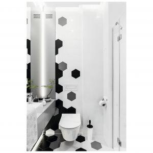 """Czarno-biały """"rozsypany"""" wzór w centrum pomieszczenia buduje we wnętrzu opartowski klimat. Projekt: Magdalena Bielicka, Maria Zrzelska-Pawlak. Fot. Foto&Mohito"""