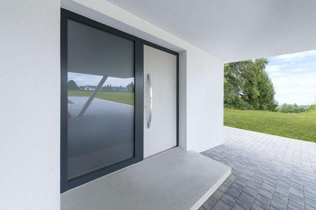 Drzwi wejściowe z przeszkleniem stanowią wizytówkę wnętrza i są preludium dobrze dobranego wykończenia. Zapewniają dostęp światła słonecznego do przedpokoju oraz ciekawą dekorację dla elewacji. Przeszklenie może zostać wykonane z jednej st