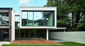 Dwukondygnacyjny budynek zaprojektowany z myślą o jednym mieszkańcu to doskonały przykład architektury w nowoczesnym wydaniu. Dzięki otwartym planom pięter przestrzeń może elastycznie zmieniać przeznaczenie zgodnie z aktualnymi potrzebami właś