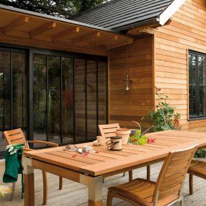 Drewniane meble ogrodowe. Zabezpiecz je przed zimą. Fot. V33
