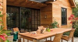 Aby drewniane meble w ogrodzie zachowały swoją estetykę przez długie lata, trzeba o nie odpowiednio dbać. W tym celu możemy zastosować olej do impregnacji.