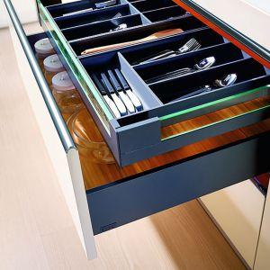 System do zabudowy szuflad SB Slim Box pozwala maksymalnie wysunąć szufladę na zewnątrz w celu pełnego wglądu do jej zawartości. Fot. Amix