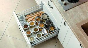 Jak uczynić kuchnię bardziej przyjazną dla użytkowników i umożliwiającą wygodne przechowywanie zapasów żywności? Jest to możliwe dzięki bogatej ofercie systemów szafek i szuflad, a także innych rozwiązań oferowanych przez producentów.
