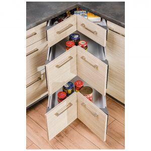 Zwykłą szafkę narożną można zastąpić specjalnie wyprofilowanymi szufladami. Fot. Kam