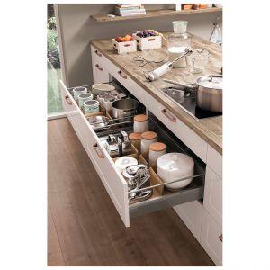 Kuchenne szuflady z organizerami ułatwią przechowywanie żywności i innych przedmiotów. Fot. Nobilia