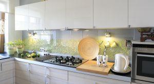 Hartowane szkło nad blatem to świetna alternatywa dla tradycyjnych płytek ceramicznych. Zobaczcie jak pięknie prezentuje się w polskich kuchniach.