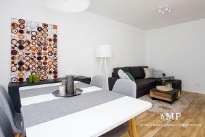 Salon z kolorowymi dodatkami. Projekt i zdjęcia: Marzena Pieńkowska (Studio Modelowania Przestrzeni)