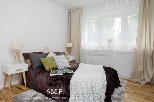 Jasna i przestronna sypialnia z kolorowymi dodatkami. Projekt i zdjęcia: Marzena Pieńkowska (Studio Modelowania Przestrzeni)