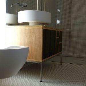 Prysznic został celowo oddzielony od reszty łazienki szklaną taflą oraz uzupełniony dwoma funkcjonalnymi wnękami. Pierwsza została w całości przeznaczona na ręczniki i przybory łazienkowe, a w drugiej można usiąść i zrelaksować się biorąc prysznic ustawiony pod odpowiednim kątem tak, aby zwiększyć komfort kąpieli. Fot. Giancarlo Allen
