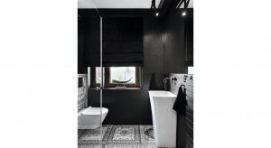 """Monochromatyczna kolorystyka z przewagą czerni, piękne wzorzyste płytki na podłodze i ceramika sanitarna o subtelnych kształtach złożyły się na aranżację łazienki dla gości, która z pewnością u niejednego z nich wywoła westchnienie """"wow"""
