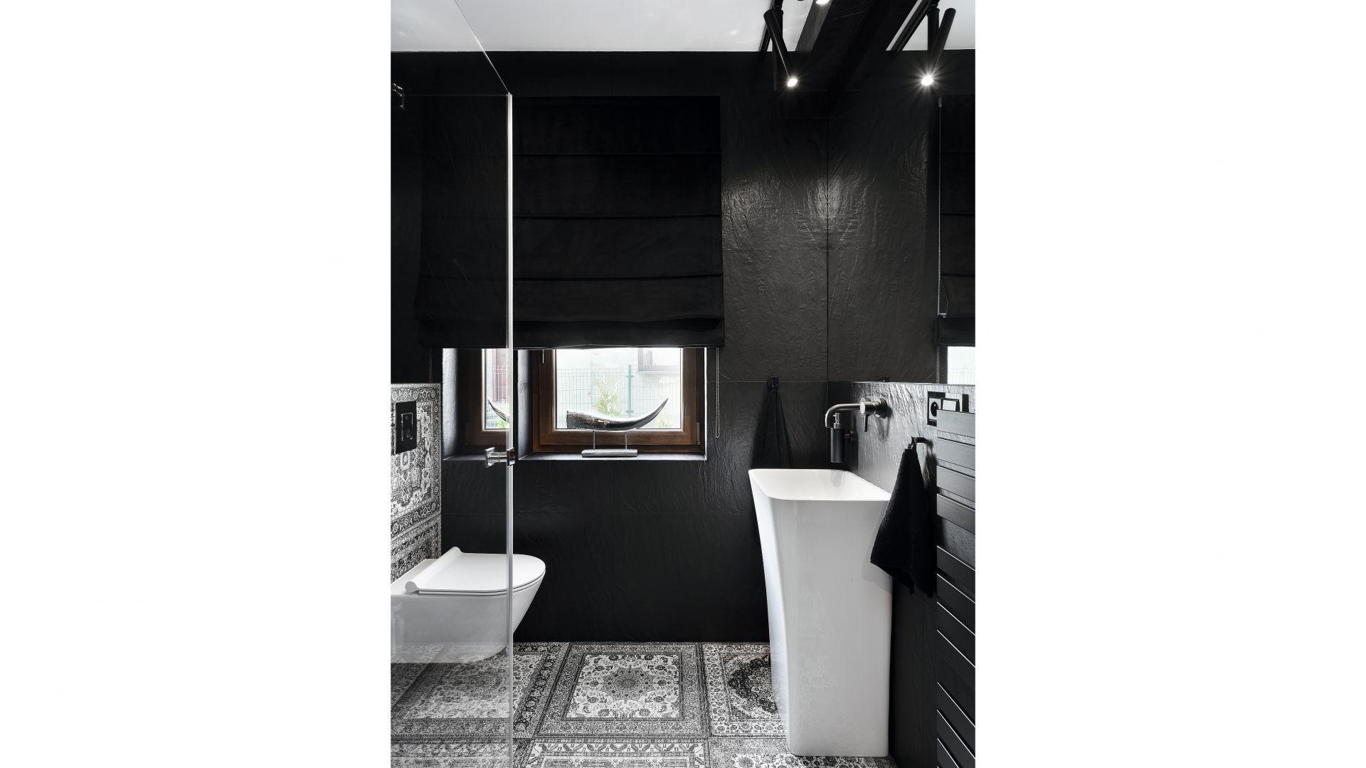 We wnętrzu dominuje kolor czarny, na tle którego estetycznie wyeksponowano ceramikę sanitarną. Projekt: Katarzyna Maciejewska. Fot. Anna Laskowska, Dekorialove