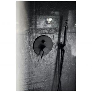 Czarne w łazience są zarówno strukturalne płytki na ścianie, jak również detale takie jak baterie czy akcesoria łazienkowe. Projekt: Katarzyna Maciejewska. Fot. Anna Laskowska, Dekorialove