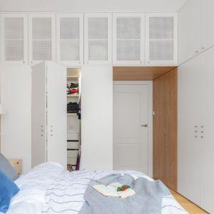 W sypialni architektki zdecydowały się na wprowadzenie dużej ilości drewna. Projekt: Ewa Mroczek-Chojecka, Paulina Kobylarz. Fot. Pion Poziom