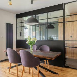 W tym mieszkaniu proste formy, geometryczne wzory, czarne dodatki i drewno wzajemnie się przeplatają, tworząc spójną i harmonijną kompozycję. Projekt i zdjęcia: Deer Design