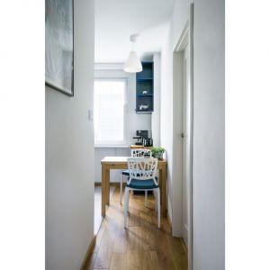 Właściciele mieszkania zdecydowali się pozostawić kuchnię w jej pierwotnym miejscu. Projekt i zdjęcia: Magdalena Miszczyk-Tatara.