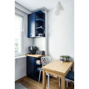 Wielkość pomieszczenia pozwoliła na wstawienie niewielkiego stolika, przy którym domownicy mogą wspólnie spożywać posiłki. Projekt i zdjęcia: Magdalena Miszczyk-Tatara.