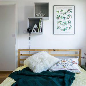Sypialnia dostępna od strony wąskiego korytarza jest oazą domowników, niewidoczną dla gości spędzających czas w salonie. Projekt i zdjęcia: Magdalena Miszczyk-Tatara.
