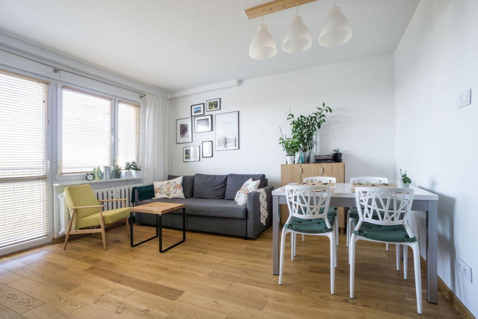 Inwestorzy postawili przed projektantką zadanie przekształcenia 50-metrowego mieszkania w bloku z wielkiej płyty w jasne, przestronne wnętrze. Projekt i zdjęcia: Magdalena Miszczyk-Tatara.