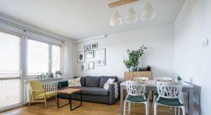 Inwestorzy postawili przed projektantką: Magdaleną Miszczyk-Tatarą zadanie przekształcenia ich50-metrowego mieszkania w bloku z wielkiej płyty w jasne, przestronnewnętrze. Podstawową kolorystkę miała stanowić biel i ciepły odcień drewna, u