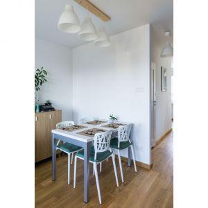 Dzięki powiększeniu części dziennej udało się wygospodarować miejsce na stół oraz kącik do pracy. Projekt i zdjęcia: Magdalena Miszczyk-Tatara.