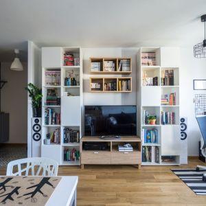 Dzięki zastosowanym rozwiązaniom niewielkie mieszkanie stało się przestronne i podzielone na czytelne strefy. Projekt i zdjęcia: Magdalena Miszczyk-Tatara.