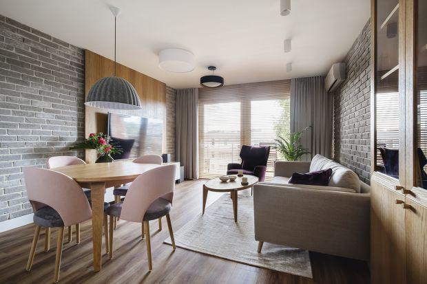 Lokalizacja zobowiązuje - projekt mieszkania nad brzegiem Bałtyku od początku nawiązywać miał do krajobrazu Półwyspu Helskiego. We wnętrzach zagościły zatem błękity, beże i naturalne materiały.