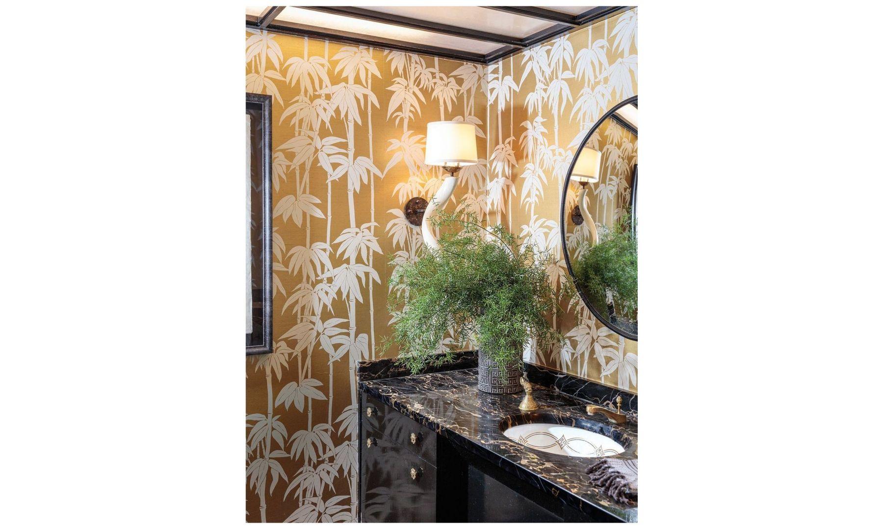 Wnętrze tej łazienki ożywia tapety Florence Broadhurst z motywem palmy. Zarówno umywalka jak i baterie zostały wykonane na zmówienie tego wnętrza. Fot. The Ingalls