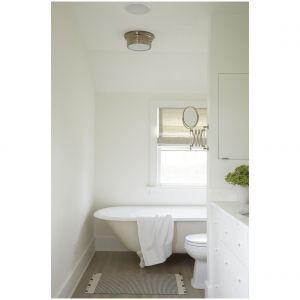 """Zabytkowa wanna ze """"szponiastymi""""nóżkami dodaje uroku łazience w rustykalnym domku na Long Island's Watermill z 1910 roku. Przestrzeń, zaprojektowana przez Jamesa Huniforda, Fot. Tara Striano"""