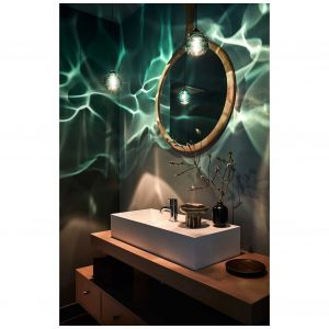 Ciekawy wybór oświetlenia i kolorystyki sprawia, że łazienka w Malibu, zaprojektowana przez Olivera M. Furtha, staje się śródziemnomorską grotą. Farba ścienna Farrow & Ball Oval Room Blue, a lampy wiszące Happy Kiss firmy Siemon-and-Salazar pochodzą z projektu Siglo Moderno. Fot. Joe Schmelzer