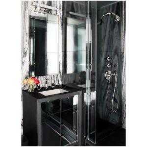 Łazienka Greenwich Village, zaprojektowana przez Haynes-Roberts dla pary  Jonathan i Lizzie Tisch, wyposażona jest w umywalkę firmy Kohler, oprawy prysznicowe marki Fantini. Wnętrze optycznie powiększa rząd luster. Fot. Douglas Friedman