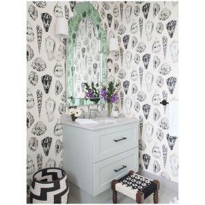 Mała łazienka w kanadyjskim domu nad jeziorem to aranżacja we współczesnym stylu nadmorskim. Projektantka Sabrina Albanese wybrała paletę czarno-białych akcentów, w tym śmiałą tapetę Scalamandre'a. Fot. Alex Lukey