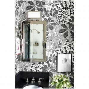 W pomieszczeniu do makijażu autorstwa Eriki Bearman's Hamptons, projektant Miles Redd wybrał śmiałą czarno-białą tapetę botaniczną Marthe Armitage, nadającą małemu wnętrzu dynamiki i i energii. Fot. William Waldron