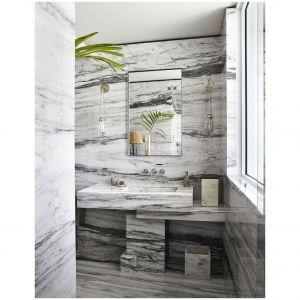 Ta nowoczesna łazienka optycznie wydaje się większa dzięki odpowiedniemu ułożenia wzorzystego marmuru na ścianach, umywalce i podłodze. Fot. Simon Upton