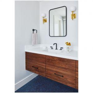 W tej łazience z nowoczesnego kalifornijskim domu, kolorowe podłogi z płytek gresowych są połączone z białymi ścianami i dużym lustrem, dodającym głębi i lekkości wnętrzu. Fot. R. Bra Kripstein