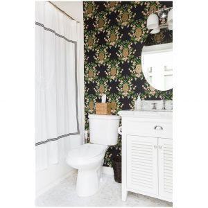 Motyw wzoru ananasa na czarnym tle oraz białych mebli optycznie powiększa wnętrze. Fot. Tessa Neustadt