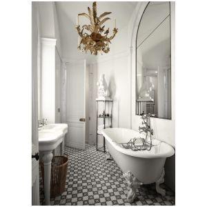 W tej łazience to delikatne meble i drobne lustro powiększają te wnętrze. Fot. Grey Crawford