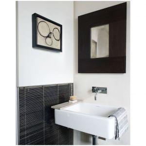 Kiedy wszystko inne zawodzi, zachowaj prostotę w łazience, Kompaktowa umywalka firmy Duravit i elegancka armatura zaprojektowana przez Arne Jacobsen dla Vola uzupełniają to mieszkanie West Village zaprojektowane przez S. Russel Groves. Fot. Simon Upton